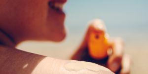 Faut-il remplacer votre crème solaire chaque année ?
