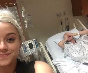 Elle prend un selfie pendant que sa soeur accouche en arrière-plan
