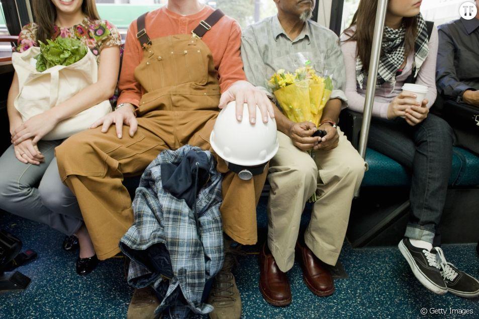 Dans le métro parisien, des autocollants trollent les hommes qui écartent trop les jambes