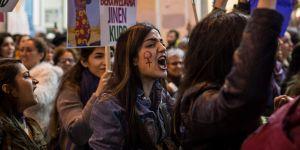 """""""Lâche-moi avec mon short"""" : les femmes turques revendiquent leur liberté vestimentaire"""