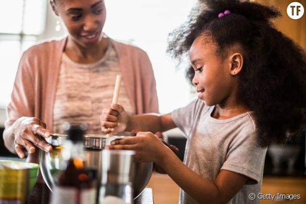 Mère et fille cuisinant
