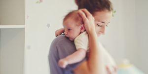 Porter son bébé est bon pour lui, c'est scientifiquement prouvé