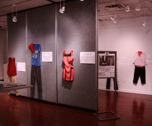 """""""Tu portais quoi ?"""" : cette expo dénonce puissamment la culture du viol"""