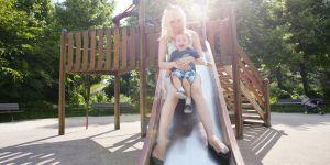 Faire du toboggan avec son enfant est-il dangereux ? Les médecins alertent
