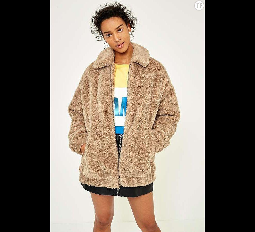 Manteau teddy en peau lainée sur Urban Outfitters, 100€