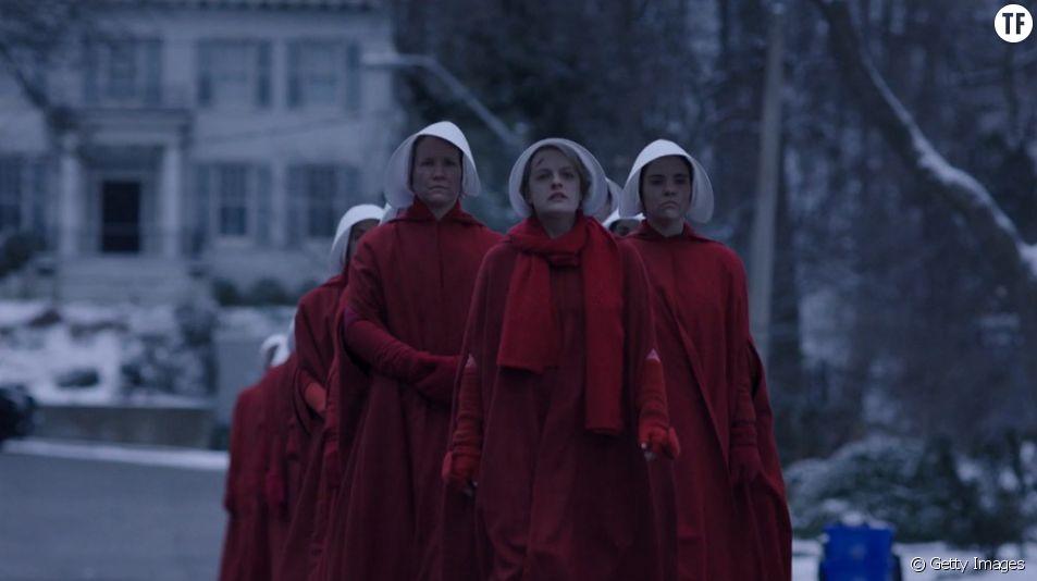 """Des Irlandaises défilent habillées en """"servantes écarlates"""""""