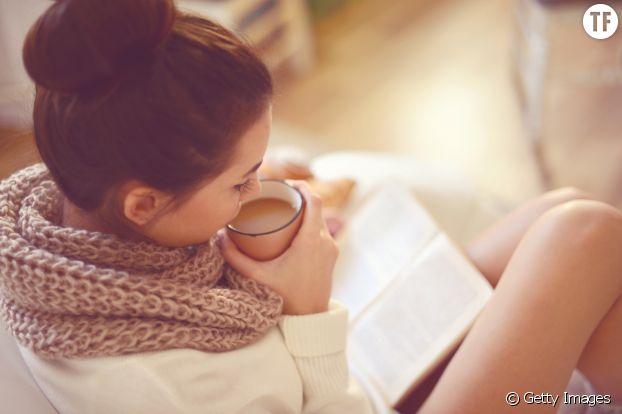 Femme livre automne