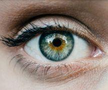 Ce mannequin alerte sur les dangers du tatouage de l'oeil