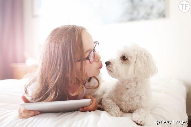 Une jeune femme et son chien.