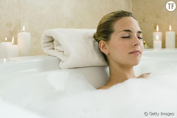 Une femme se relaxant dans son bain.