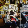 Une femme en train de se faire tatouer.