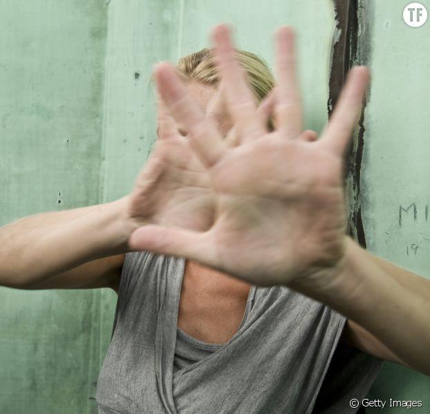 Photo d'illustration d'une femme se protègeant d'une agression.