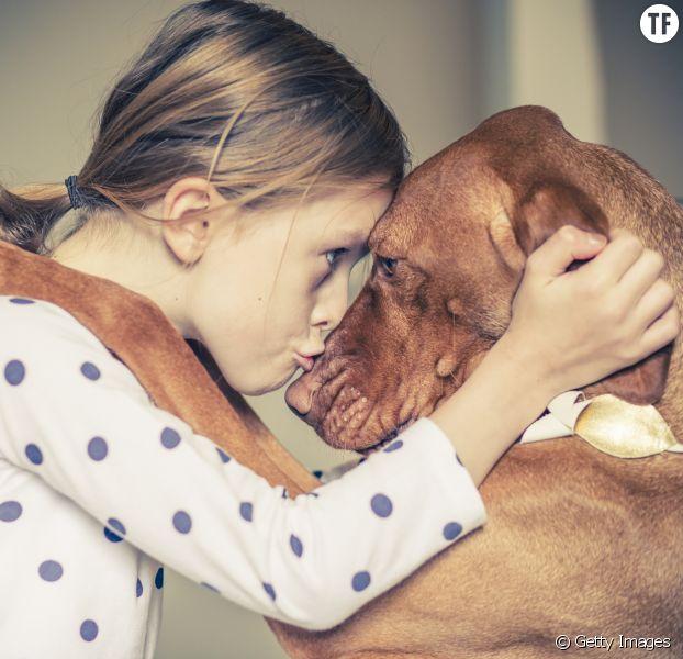 Une fillette et son chien.