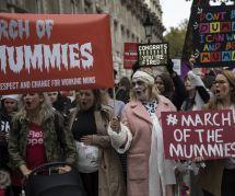 Les Anglaises défilent en momies pour soutenir les working mums