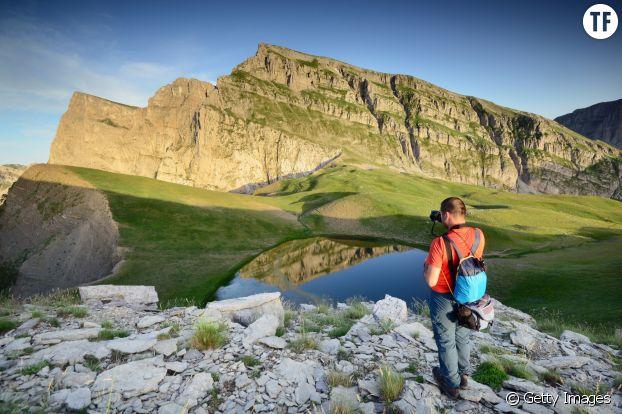 Un touriste dans les gorges de Vikos en Grèce.