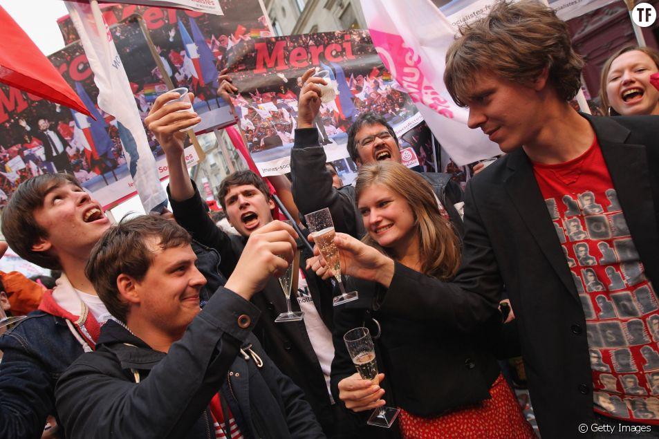 Thierry Marshal-Beck (à droite) et la jeunesse socialiste, célébrant la victoire de François Hollande en 2012.