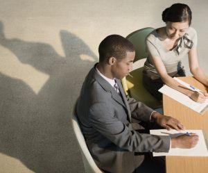 6 signes qui prouvent que vous devriez sauter le pas avec votre collègue