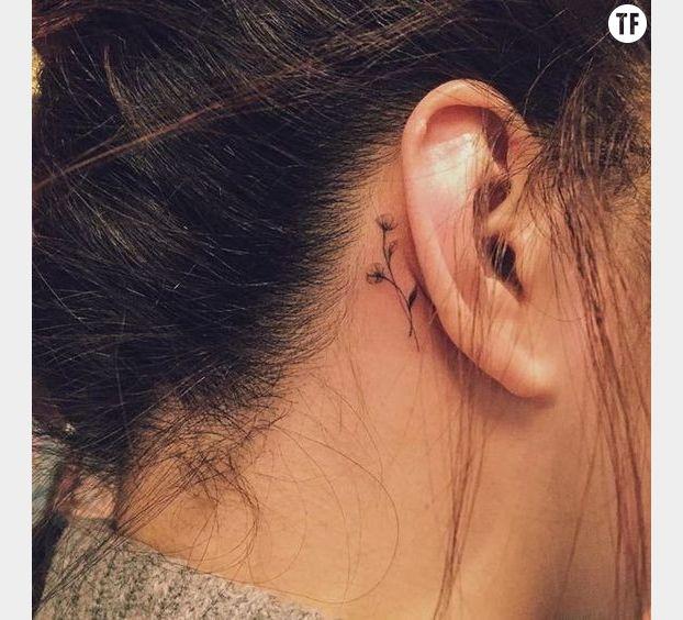 Une fleur cachée derrière l'oreille