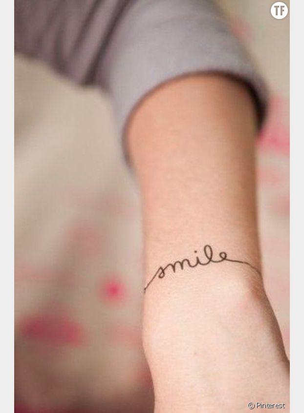 Un tatouage smile au poignet