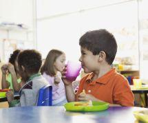 Les écoliers mangeraient trop de viande à la cantine : Greenpeace alerte