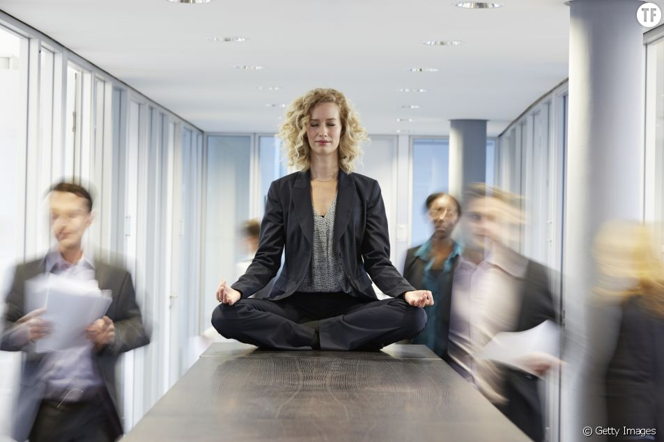 Phot d'illustatrion d'une femme en pleine méditation au travail.