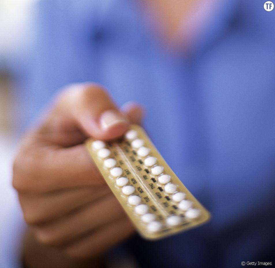 Photo d'illustration d'un personnel médical donnant la pilule.
