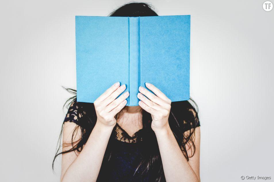 Photo d'illustration d'une femme avec un livre.