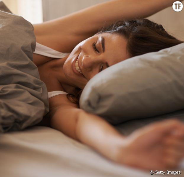 Photo d'illustration d'une femme heureuse de se réveiller.