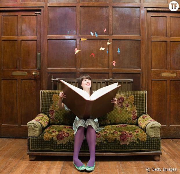 Photo d'illustration d'une femme avec un gros livre.