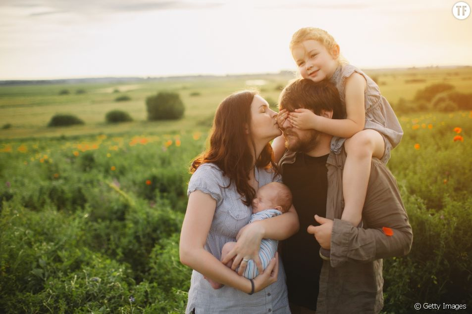 Des chercheurs de la faculté de Saint-Pétersrbourg expliquent pourquoi les parents portent bébé du côté gauche