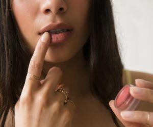 Pourquoi nous devrions nous maquiller avec nos doigts