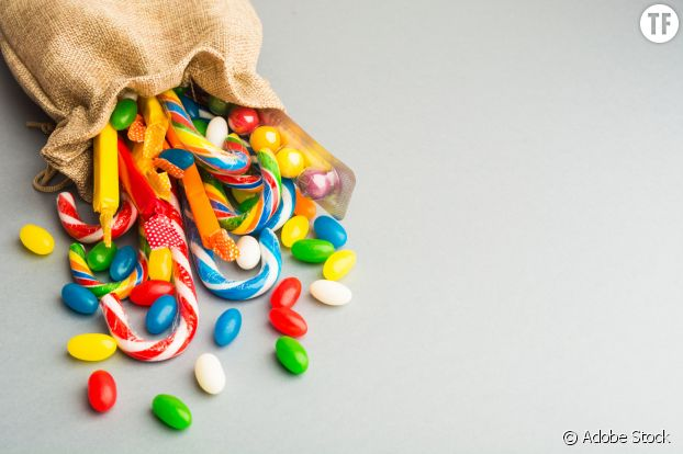 Des bonbons dans des sacs en tissu