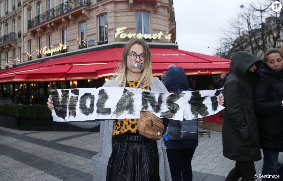 """Une activiste féministe proteste contre Roman Polanski lors du """"Déjeuner des Nommés de la 45ème édition des César 2020"""" le 9 février 2020."""