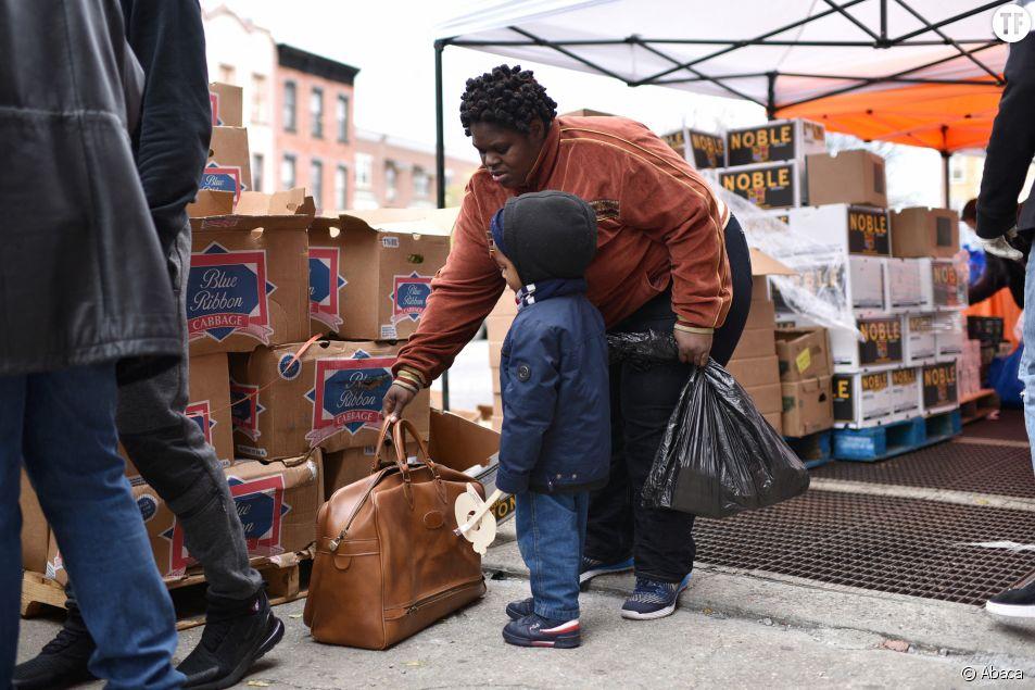 """Une femme afro-américaine vient récupérer de la nourriture au """"Bed-sty Campaign Against Hunger"""" à Brooklyn, le 14 avril 2020"""