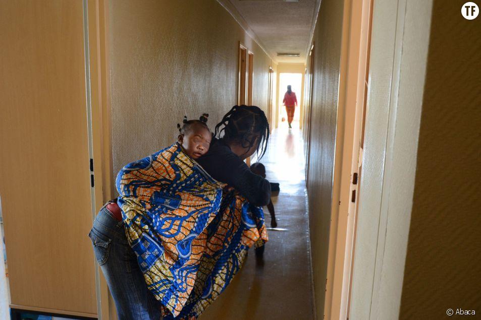 Femme africaine dans les couloirs du Centre d'Accueil de Demandeurs d'Asile de Villeurbane