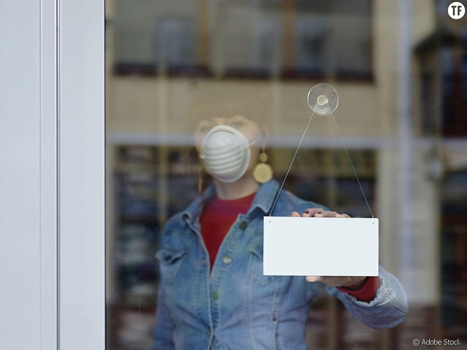 Vendeuse portant un masque