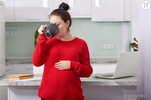L'OMS recommande 300 mg de caféine maximum par jour maximum aux femmes enceintes.