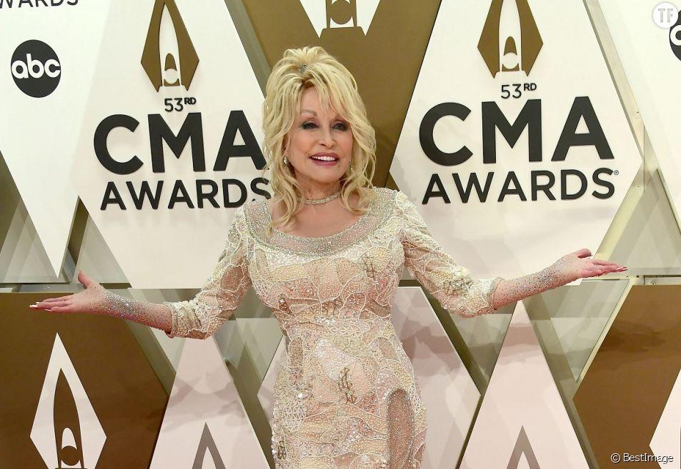 Dolly Parton, une voix pleine de dérision et sans complexe.