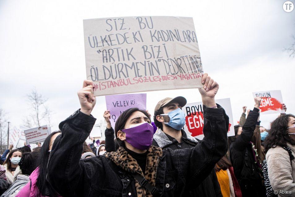 Des centaines de femmes et de personnes LGBTQ se sont rassemblées à Istanbul pour protester contre le retrait de la Turquie de la Convention d'Istanbul, le 20 mars 2021.