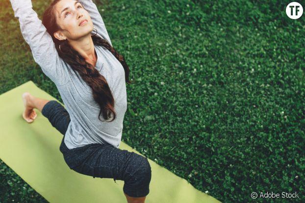 Faire du yoga dans un parc