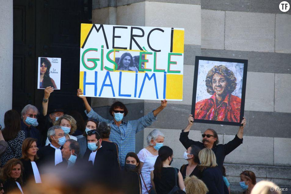 Parents et amis assistent à la cérémonie funéraire de Gisèle Halimi au Colombarium du cimetière du Père Lachaise à Paris, France, le 6 août 2020.