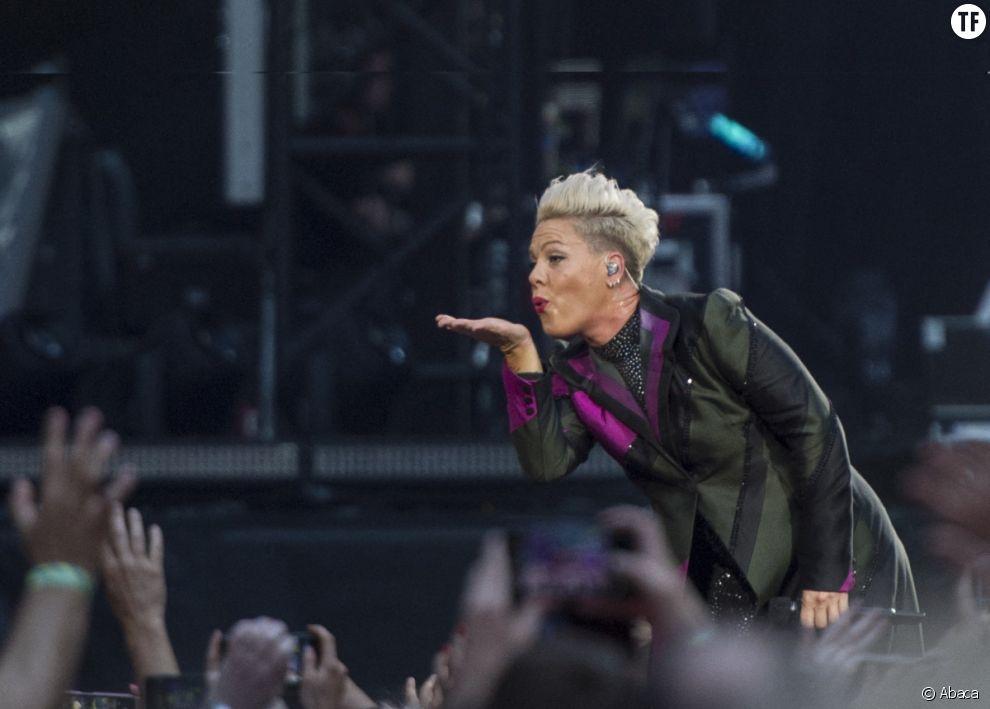 Pink dénonce l'exploitation malsaine d'une ado en maillot par ses parents