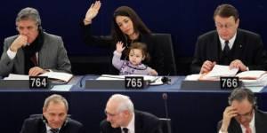Les députées européennes viennent travailler avec bébé