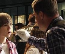 Justin Bieber frappe un paparazzi