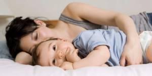 Co-sleeping : dormir avec bébé est dangereux pour sa respiration