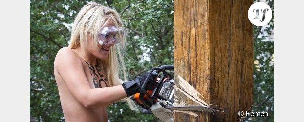 Soutien à Pussy Riot : une membre de Femen abat une croix à la tronçonneuse