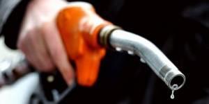 Essence : Ayrault demande un effort aux pétroliers pour baisser leurs tarifs