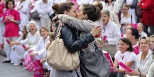 """Mariage gay : la photo du """"baiser de Marseille"""" devient le symbole du débat - vidéo"""
