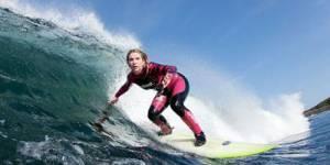 Une surfeuse irlandaise défie les vagues en Iran