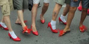 Walk a mile in her shoes : des hommes en talons contre les violences faites aux femmes